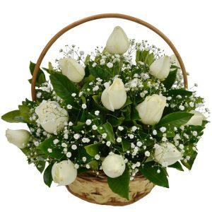 Cesta com 12 rosas brancas